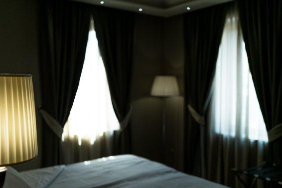 Venedig Venezia Venice Italien Romantik Romance Romantisch Urlaub Lifestyle Santa Chiara Hotelzimmer Lampe Bett Vorhänge Fenster Lichteinfall