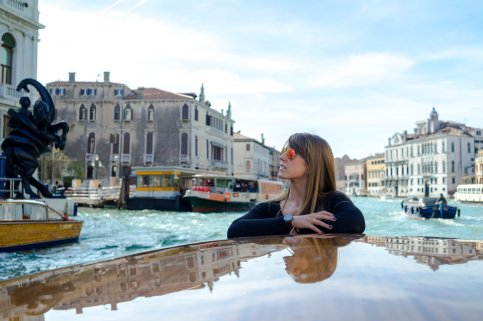 Venedig Venezia Venice Italien Romantik Romance Romantisch Urlaub Lifestyle Diana Taxifahrt Boot Canale Grande Himmel Blick Arme verschränkt