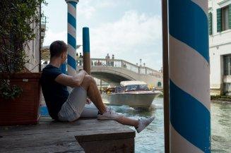 Venedig Venezia Venice Italien Romantik Romance Romantisch Urlaub Lifestyle Boot Anlegesteg Locanda Vivaldi Hotel Stefan Relaxen Chillen Shorts Stan Smith