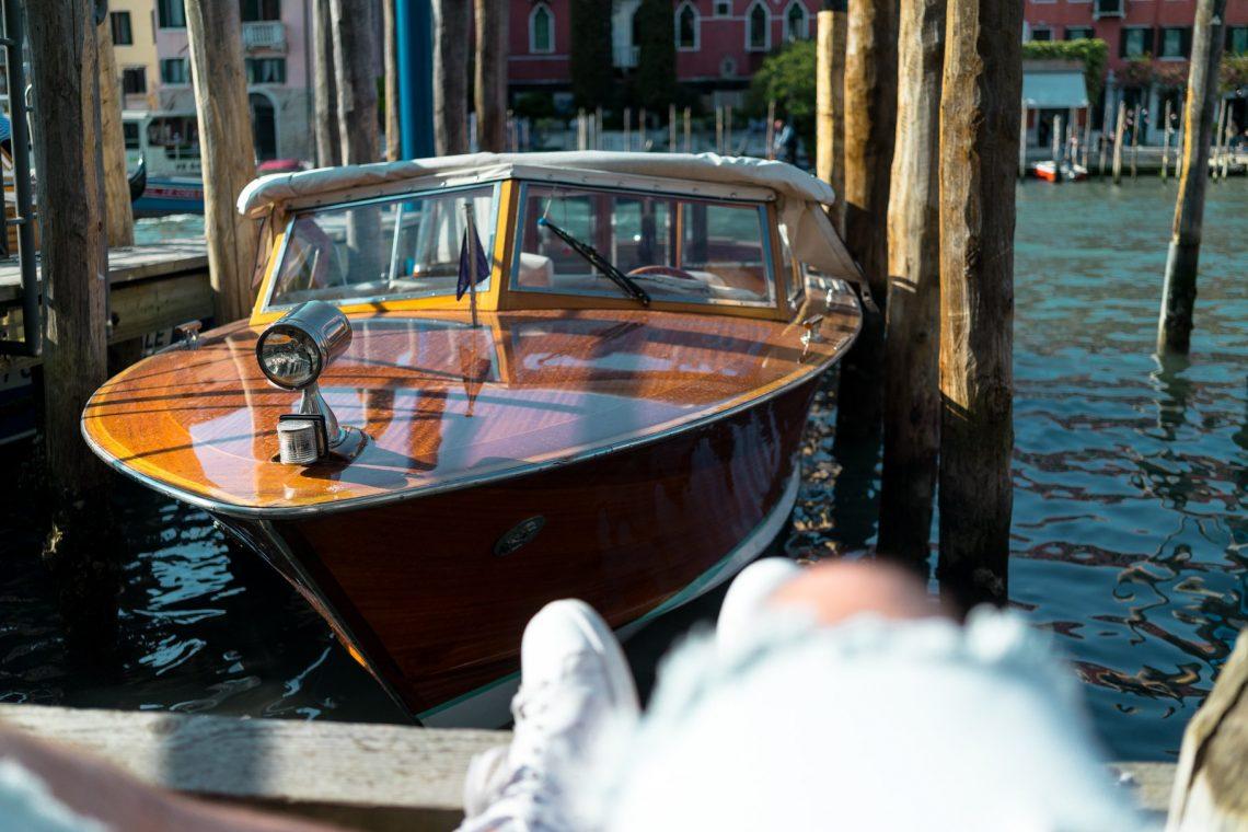 Venedig Venezia Venice Italien Romantik Romance Romantisch Urlaub Lifestyle Boot Taxi Riva Holz Strahler Licht Lampe Shorts Stan Smith