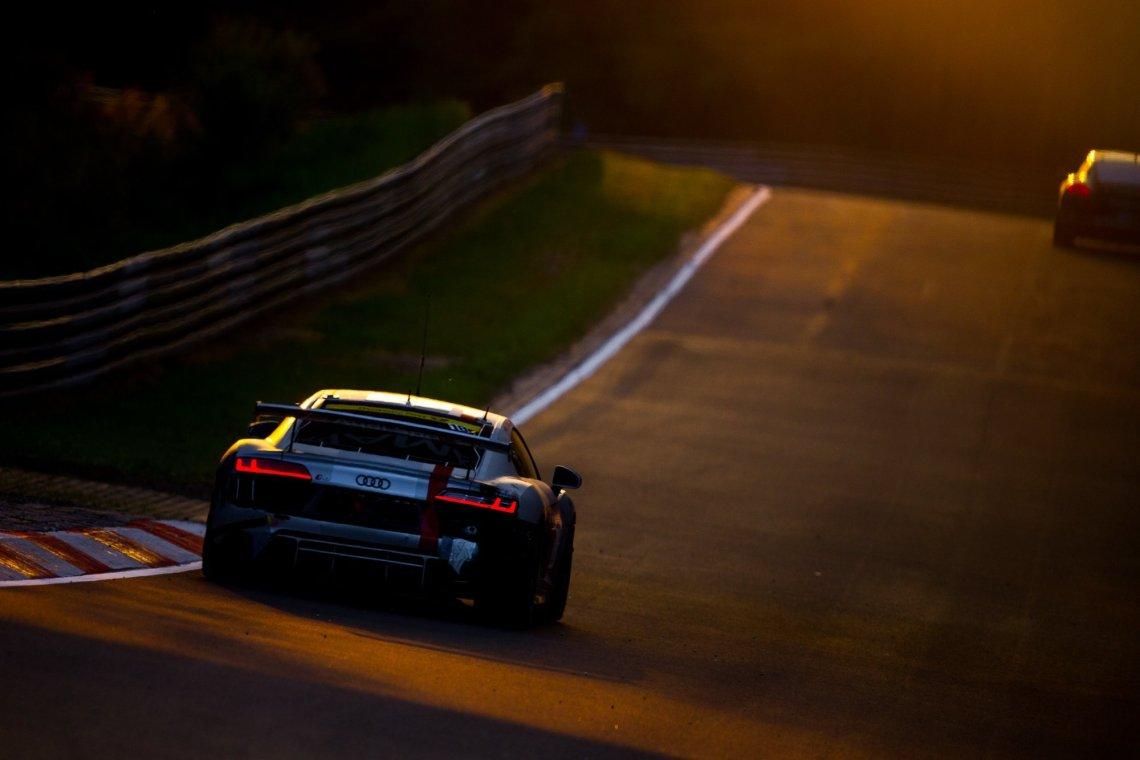 Phoenix Racing Audi R8 LMS GT4 Rückleuchten Nordschleife Sonnenuntergang Silber rot Curbs Rennstrecke