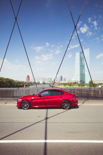 Alfa Romeo Giulia Quadrifoglio rot Frankfurter Skyline Hochkant