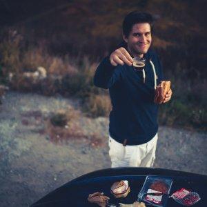 Adrian prostet Espresso zum Dinner