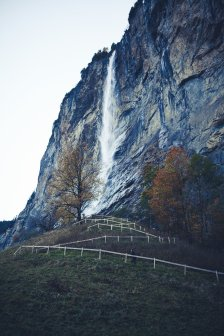 Wasserfall stürzt ins Tal in der Schweiz bei Lauterbrunnen