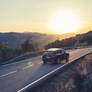 Sonnenuntergang Geländewagen Landstrasse Berge