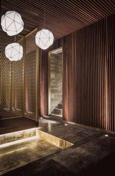 Zedernholz Naturstein Licht gold Mizu Onsen Spa Eingangsbereich Mood