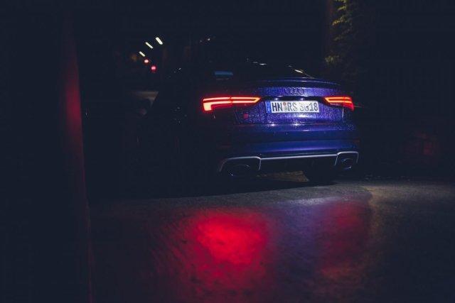 Auto blau Heck Heckleuchten Reflektion
