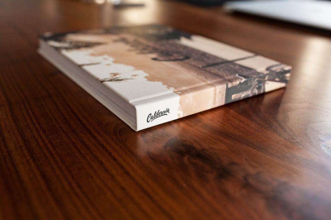 Fotobuch dunkles Holz Buchrücken California
