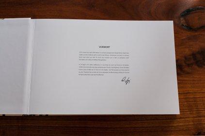 Vorwort Buch weiße Seiten schwarze Schrift