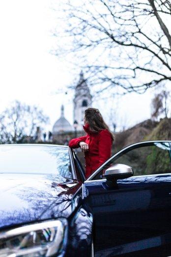Frau mit Rotem Mantel an offener Tür Kirche Seitenspiegel
