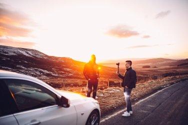 Sonnenuntergang weißes Auto Zwei Menschen