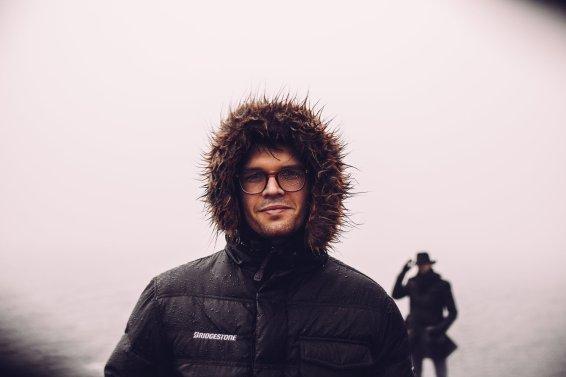 Mann Regenjacke Wassertropfen Brille