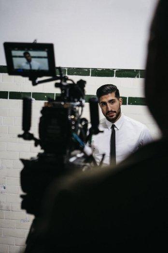 H&M Emre Can BTS Kamera Monitor Fliesen Wand Mann mit Bart Krawatte Hemd Silhouette