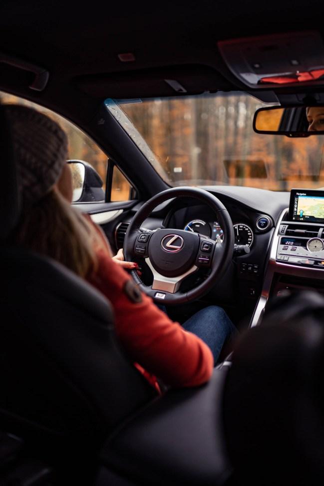 Frau am Steuer Lexus in der Natur