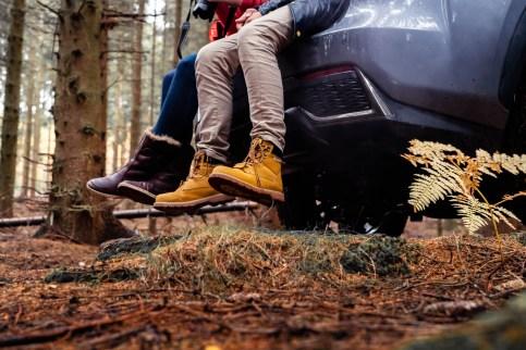 Zwei Personen mit Schuhen im Wald
