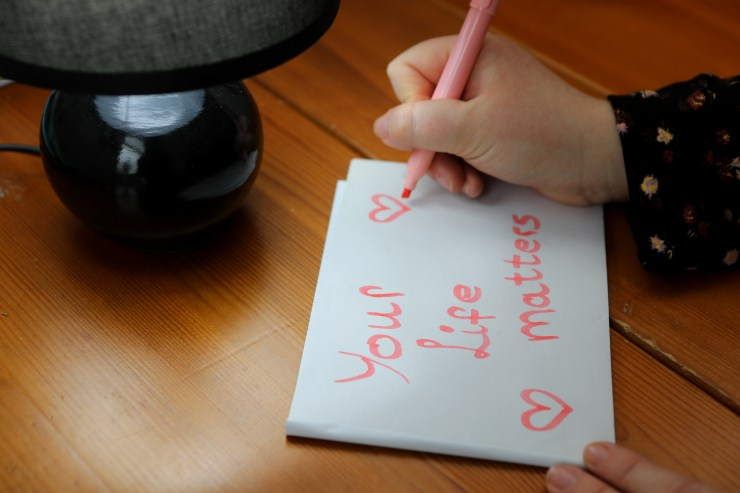Young Dundee mum confronts depression by leaving 'dozens' of inspirational notes across city - MTG UK -