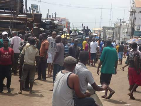f4207 fb img 1476165954091 789781 - Onitsha Market Jubilates As Security Agents Nab Hoodlums Who Extort Money From Traders (Photos)