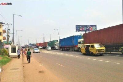 d63de199 16c2 466e b921 82e5674ea436438003709 - More Photos Of The Return Of Parked Trucks On Bridges In Lagos
