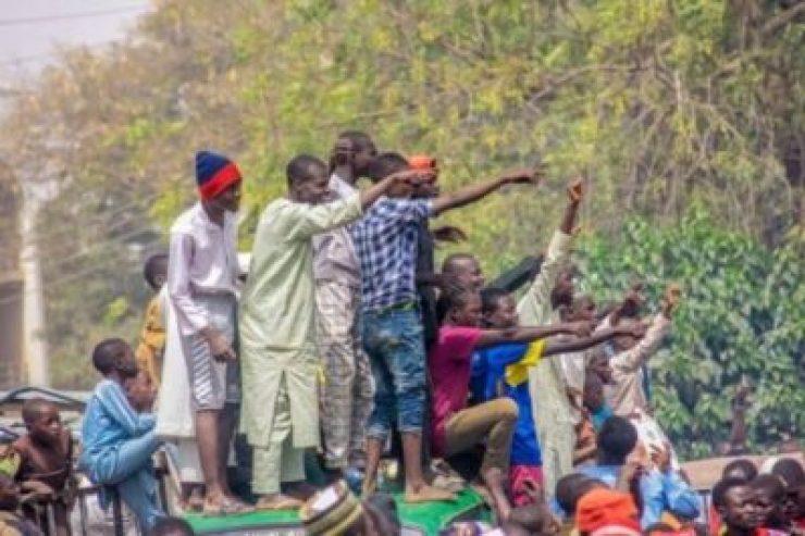 dzc8zekw0aafxjp1611699357 Atiku Abubakar Convoy Trapped By Supporters In Kano (Photos,Video)