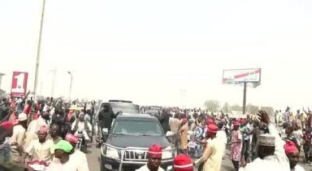 gj6dcbal2jf0grab1729727341 Atiku Abubakar Convoy Trapped By Supporters In Kano (Photos,Video)