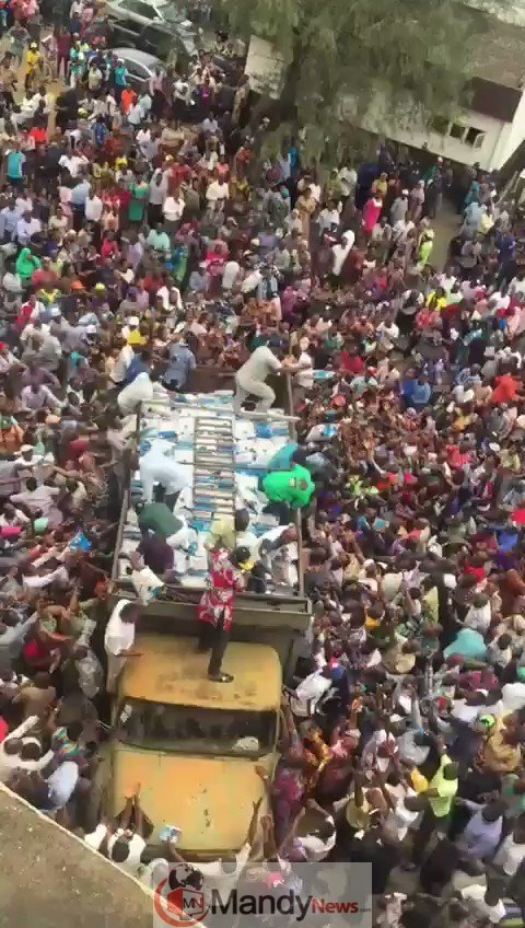 y0tjgELeq_MrInRL 2019 Elections: See How APC Shared Rice To Voters In Minna, Niger State (Video)