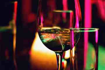 Wine and cocktail glass for article about dating