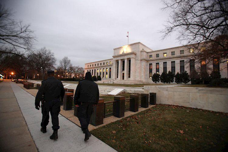 La Fed discutirá la política mientras la economía continúa mejorando