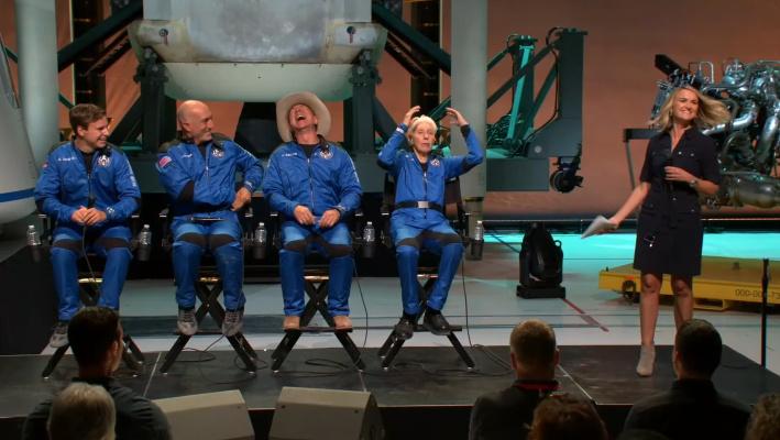 Bezos y su equipo celebran una conferencia de prensa vertiginosa después del lanzamiento con tripulación inaugural de Blue Origin