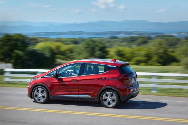 NHTSA insta a algunos propietarios de Chevy Bolt a estacionar sus autos fuera de casa, citando riesgo de incendio – TechCrunch