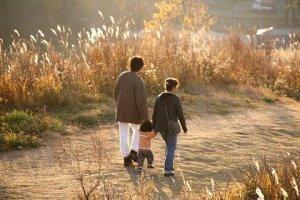 散歩する親子