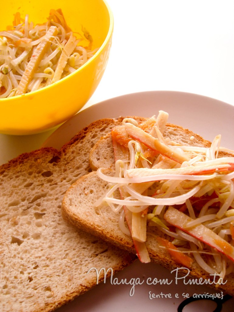 Sanduíche de Kani-Kama com Broto de Feijão