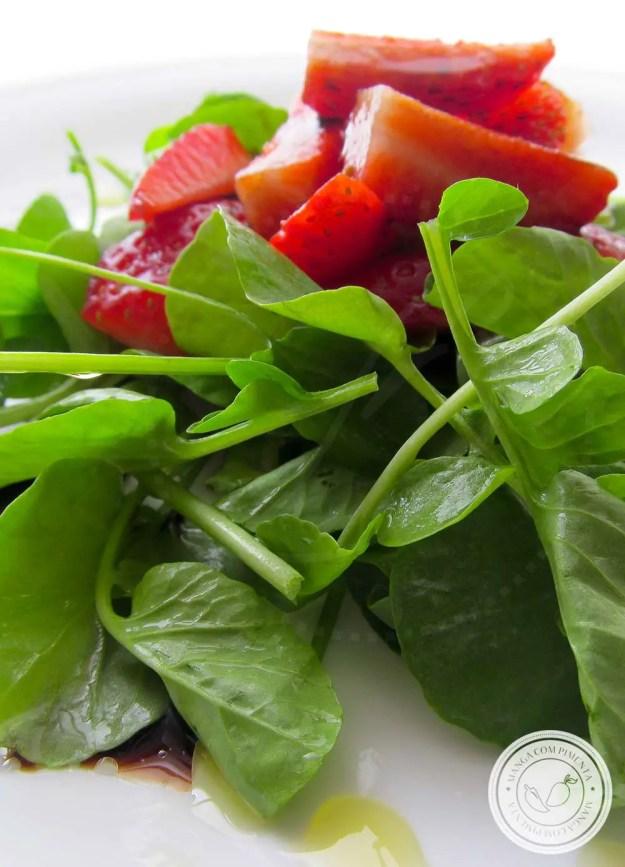 Salada de Agrião com Morangos e Vinagre Balsâmico - um prato delicioso para os dias quentes de verão!