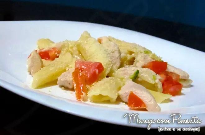 Macarrão com molho de limão, frango e tomate