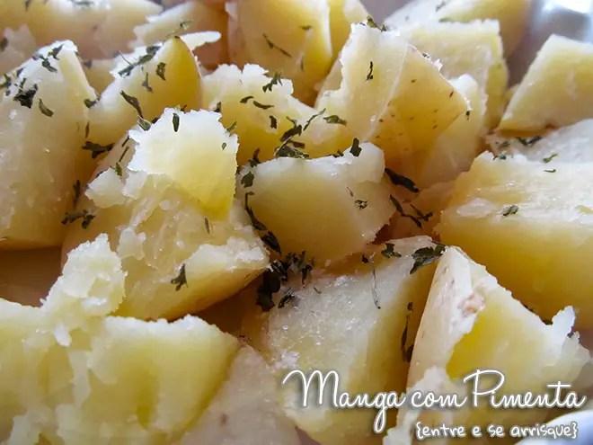 Cozinhando batata no micro-ondas