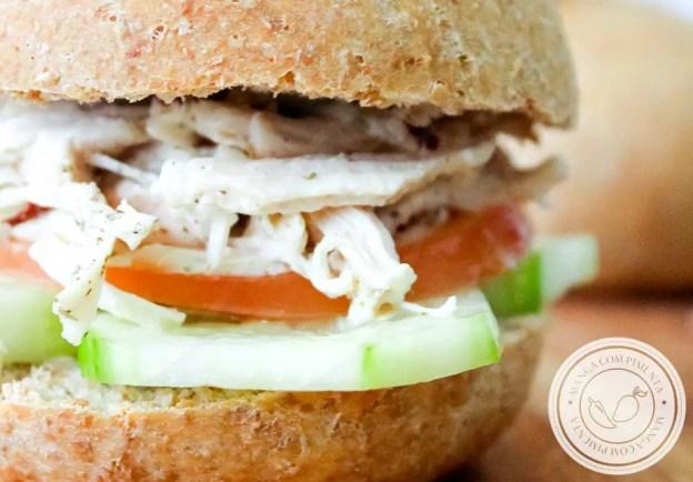 Receita de Sanduíche de Frango com Pepino e Tomate - um lanche natural delicioso para família toda.