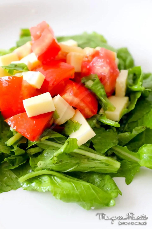 Salada de Rúcula com Tomate e Queijo {Receitas do Bem}