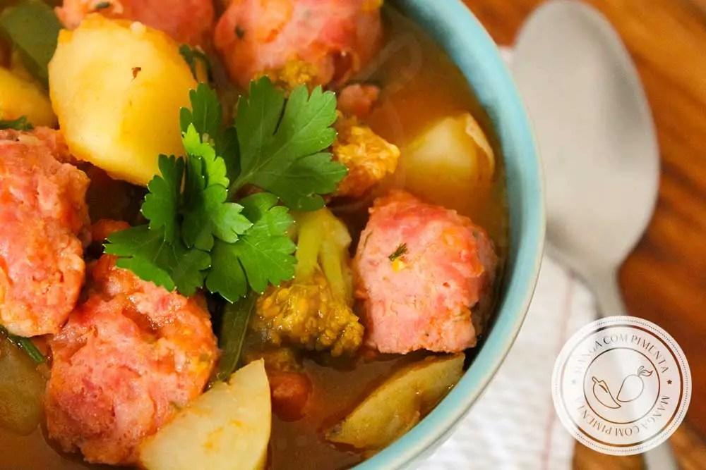 Receita de Linguiça com Legumes e Molho de Tomate - um prato delicioso para os Dias Frios!