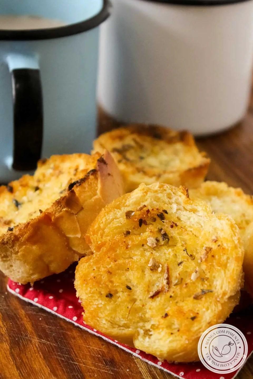 Receita de Torradas Temperadas com Manteiga, Alho e Orégano - Feita em casa para comer em qualquer hora!