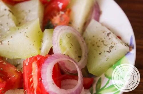 Salada de Chuchu com Tomate - prato delicioso e nutritivo para o almoço ou jantar da semana.