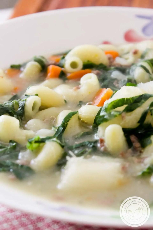 Sopa de Macarrão com Mandioca, Cenoura, Couve e Carne Moída - um prato quentinho e gostoso para os dias frios de inverno.