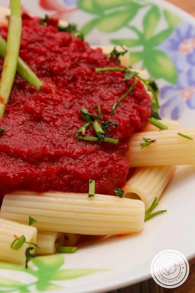 Receita de Molho de Beterraba e Cenoura - um molho vermelho vegano para deixar o seu prato de macarrão mais bonito.