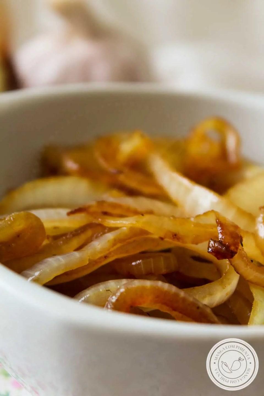 Receita de Cebola Caramelizada - super fácil de fazer em casa, prepare para os seus sanduíches e petiscos!