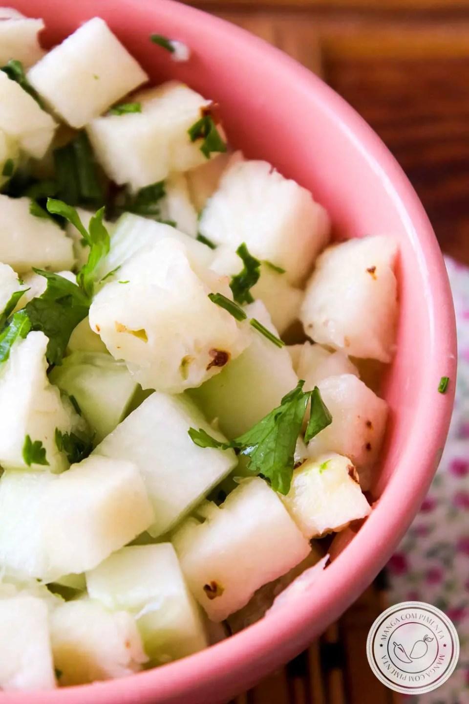 Receita de Salada de Abacaxi e Pepino - um prato refrescante para servir no almoço neste verão!