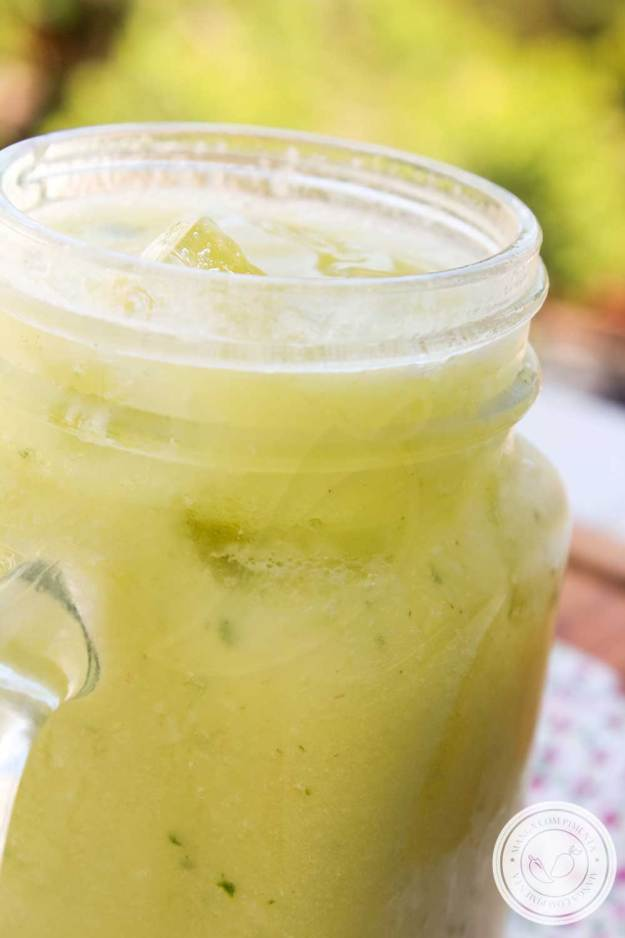 Esse suco é refrescante, feito com limão, abacate e manjericão.