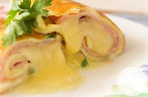 Receita de Panqueca de Omelete Recheado com Queijo e Presunto - um lanche delicioso no verão para quem está evitando a farinha de trigo.