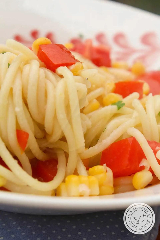 Receita de Macarrão ao Alho com Milho Verde e Tomate - um prato delicioso para os dias quentes de verão!
