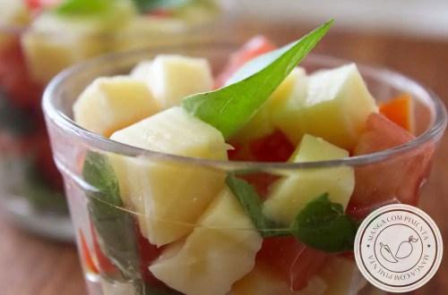 Receita de Salada Caprese no Copinho - um prato finger food para comer nos dias quentes de verão.
