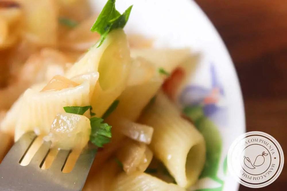 Receita de Macarrão com Molho de Cebola Caramelizada - faça esse prato delicioso para a família em dias frescos.