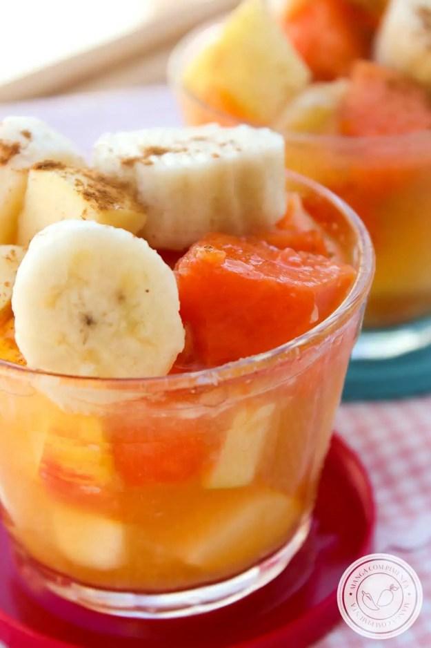 Receita de Salada de Frutas com Suco de Laranja - uma sobremesa deliciosa para servir a família no verão.