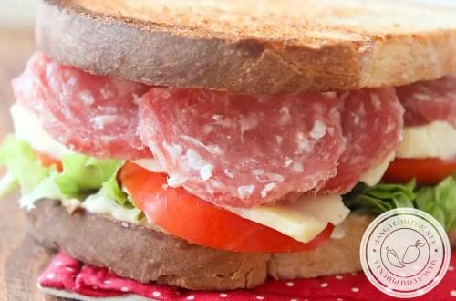 Receita de Sanduíche de Salame e Queijo - um lanche delicioso para os dias que não queremos comer arroz e feijão.